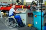 travailleur-handicapé-dans-le-fauteuil-roulant-dans-l-usine-83709096.jpg